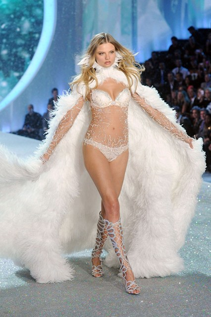 victorias-secret-magdalena-frackowiak-vogue-14nov13-getty_b_426x639